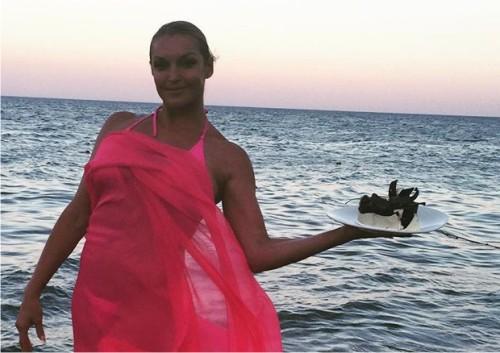 Анастасия Волочкова учит дочь носить бикини
