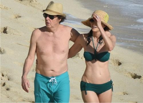 74-летний Пол Маккартни прогулялся с женой по пляжу 6
