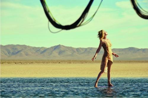 Сияние золота: Шарлиз Терон вновом рекламном ролике J'adore Dior