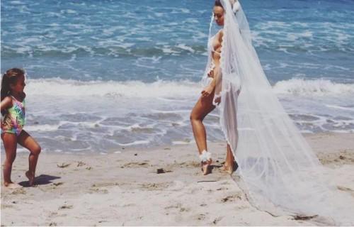 Экс-участница Nikita вышла замуж вбикини