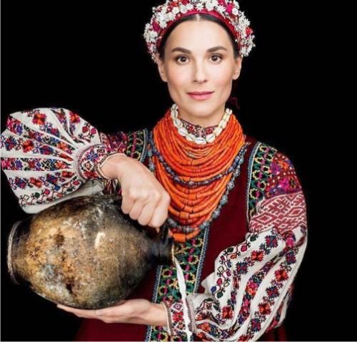 Маша Ефросинина примерила стародавний украинский наряд