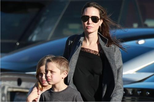 Анджелина Джоли вышла в свет в броском наряде